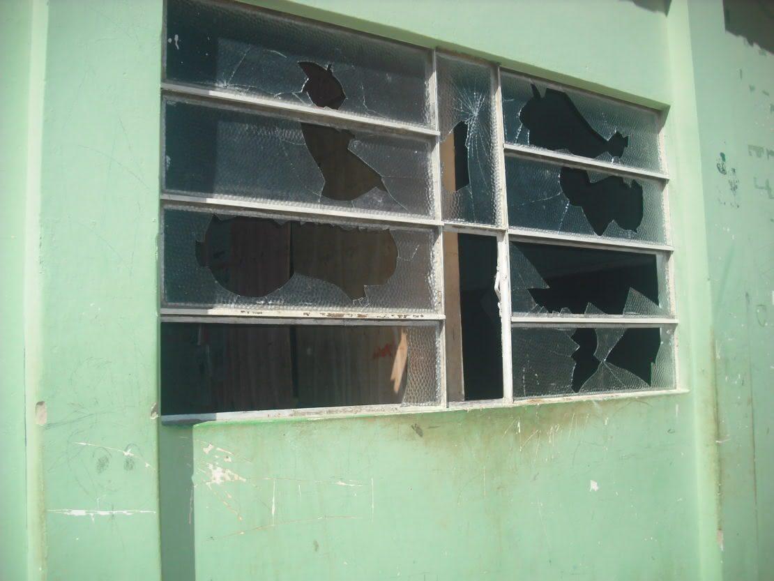 #498249 Vândalos Invadem e Depredam Escola Municipal em Malhada. Folha do  1592 Vidros Nas Janelas