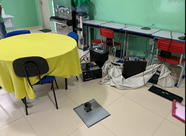 Bahia: Mãe quebra computadores de escola em Palmas de Monte Alto após não encontrar filha